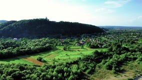 Paysage stupéfiant du village ukrainien de Hoshiv dans la zone montagneuse avec la route et la rivière banque de vidéos