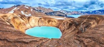 Paysage stup?fiant de nature, lac g?othermique de crat?re de Viti et lac Oskjuvatn dans la caldeira d'Askja, montagnes de l'Islan photos stock