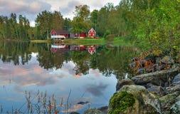 Paysage suédois idyllique de lac Photographie stock libre de droits