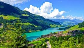 Paysage suisse rural de vue de fenêtre de tour de train, de photo pittoresque comme peinture de village de Lungern et de lac image libre de droits