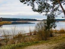 Paysage sur la rivière de Lielupe, en premier ressort en Lettonie images stock