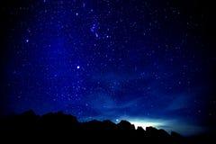 Paysage sur le silluahoute de nuit de montagne Image libre de droits