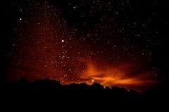 Paysage sur le silluahoute de nuit de montagne Image stock