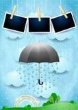Paysage surréaliste avec des cadres de parapluie, de pluie et de photo Photographie stock