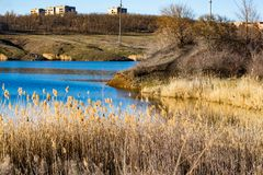 Paysage tôt de ressort, dans la région de Rostov dans la ville de Shakhty, sur la rivière de Grushevka Coucher du soleil ensoleil photos stock