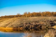 Paysage tôt de ressort, dans la région de Rostov dans la ville de Shakhty, sur la rivière de Grushevka Coucher du soleil ensoleil photo libre de droits
