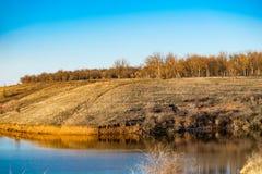 Paysage tôt de ressort, dans la région de Rostov dans la ville de Shakhty, sur la rivière de Grushevka Coucher du soleil ensoleil image stock