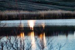 Paysage tôt de ressort, dans la région de Rostov dans la ville de Shakhty, sur la rivière de Grushevka Coucher du soleil ensoleil images libres de droits