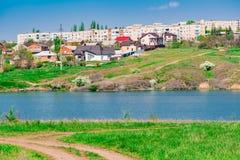 Paysage tôt de ressort, dans la région de Rostov dans la ville de Shakhty, sur la rivière de Grushevka Coucher du soleil ensoleil images stock
