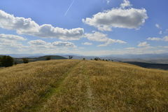 Paysage tôt d'automne avec les collines et la route de campagne Photographie stock libre de droits