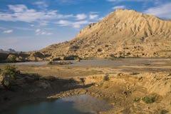 Paysage, terre criquée sèche et montagne Image libre de droits