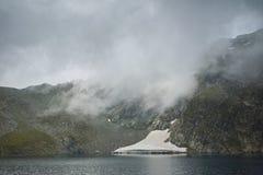Paysage étonnant avec le brouillard au-dessus du lac eye, les sept lacs Rila Photos stock