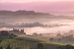 Paysage toscan de village pendant le matin images stock