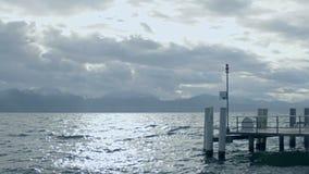 Paysage triste, surface de l'eau rugueuse, cloudscape orageux au-dessus des montagnes sur l'horizon banque de vidéos