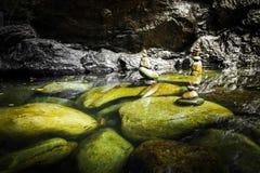 Paysage tropical de forêt tropicale avec le lac et les roches de équilibrage Photos libres de droits