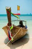 Paysage tropical de plage avec le bateau Image libre de droits