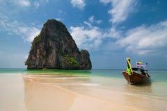 Paysage tropical de plage avec le bateau Photographie stock libre de droits