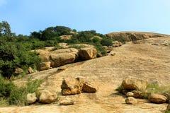 Paysage tropical merveilleux de colline de complexe sittanavasal de temple de caverne photos libres de droits