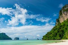 Paysage tropical très beau, la mer et falaises Images libres de droits