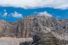 Paysage typique de montagne sur les dolomites italiennes photo stock
