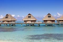 Paysage typique des îles tropicales - huttes, maisons en bois au-dessus de l'eau Images stock