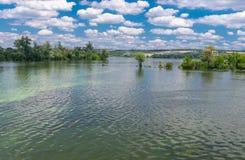Paysage ukrainien d'été avec la rivière de Dniepr Image stock