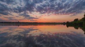 Paysage ukrainien de coucher du soleil d'été avec le ciel nuageux reflété par l'eau immobile photo stock