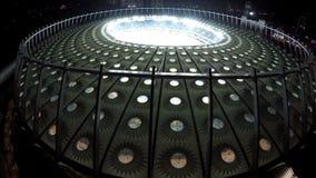 Paysage urbain aérien, beau stade lumineux avec des joueurs de football et fans banque de vidéos