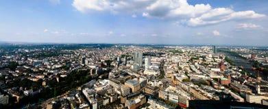 Paysage urbain aérien panoramique de canalisation de ville et de rivière de Francfort sur Main, Hesse, Allemagne photographie stock libre de droits