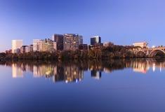 Paysage urbain Arlington la Virginie sur le fleuve Potomac Photos stock