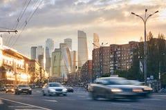 Paysage urbain au coucher du soleil avec la circulation urbaine et gratte-ciel au CCB photos libres de droits