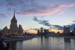 Paysage urbain au coucher du soleil et immeubles de bureaux au fond Photos stock