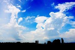 Paysage urbain au-dessus de ciel bleu nuageux Image libre de droits