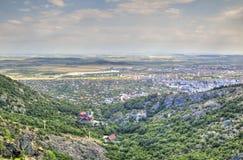 Paysage urbain au-dessus de ville de Sliven de localité de Karandila, Bulgarie Photos stock