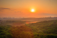 Paysage urbain au lever de soleil Photographie stock libre de droits