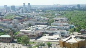 Paysage urbain autour du Potsdamer Platz la vue courbe au-dessus de la ville avec tiergarten et du secteur occidental de ville banque de vidéos