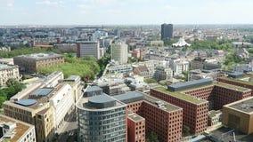 Paysage urbain autour du Potsdamer Platz vue courbe au-dessus de ville et de secteur de kreuzberg avec la salle de concert de Tem banque de vidéos