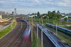Paysage urbain avec beaucoup de voies de chemin de fer au premier plan et aux movemen Image libre de droits