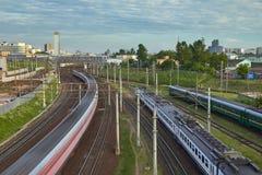 Paysage urbain avec beaucoup de voies de chemin de fer au premier plan et aux movemen Photo stock
