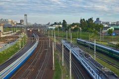Paysage urbain avec beaucoup de voies de chemin de fer au premier plan et aux movemen Photographie stock
