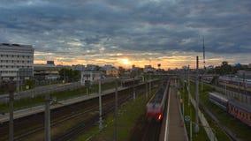 Paysage urbain avec beaucoup de voies de chemin de fer et passager de banlieusard électrique Photographie stock