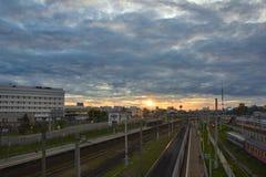Paysage urbain avec beaucoup de voies de chemin de fer et passager de banlieusard électrique Images libres de droits