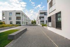 Paysage urbain avec de nouveaux bâtiments résidentiels modernes images stock