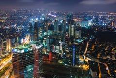 Paysage urbain avec des lumières et des édifices hauts Image libre de droits