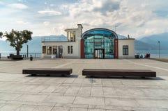Paysage urbain avec Imbarcadero sur la place de liberté au centre de Luino, une petite ville de touristes sur le rivage du lac Ma images libres de droits