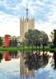 Paysage urbain avec l'étang et le tour-laboratoire dans le style du modernisme photo libre de droits