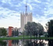 Paysage urbain avec l'étang et le tour-laboratoire dans le style du modernisme photos libres de droits