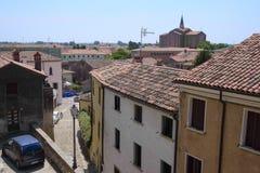 Paysage urbain avec la cathédrale et les maisons habitées dans une vieille partie de Monselice images libres de droits