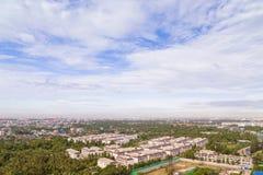 Paysage urbain avec le ciel bleu photos stock