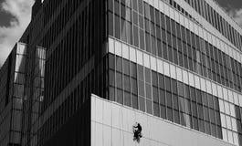 Paysage urbain avec le travailleur industriel d'alpinisme images libres de droits